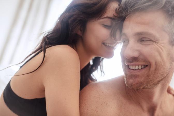 Eine Frau will ihre Sexualität ausleben und lehnt an einem Mann