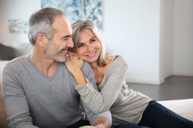 Eine Frau und ein Mann genießen die Sexualität im Wechsel