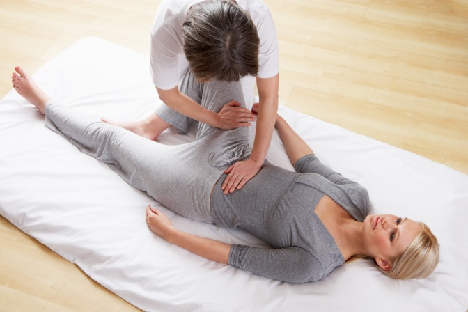 Eine traditionelle Shiatsu Massage findet am Boden statt