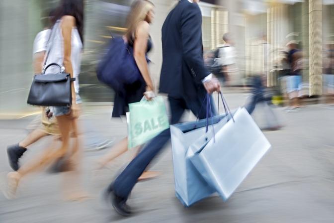 Menschen sind beim Shoppen