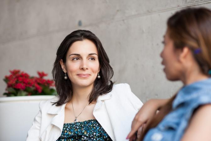 Soziale Kontakte sowie ein Gespräch können helfen, Stress abzubauen