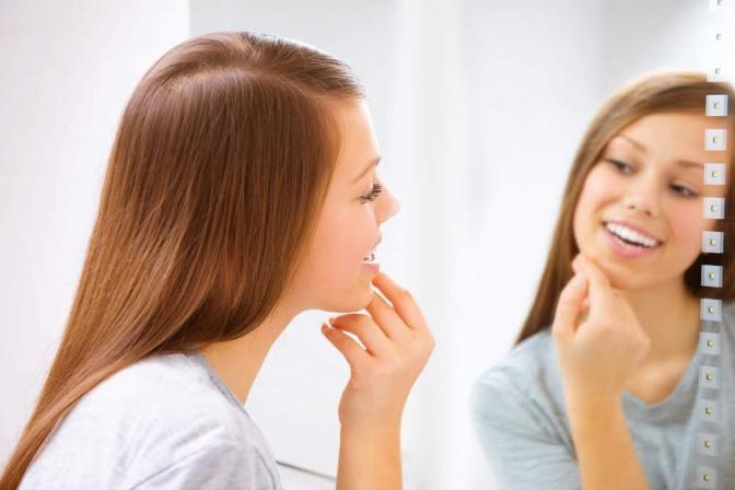 Glückliche Frau vor einem Spiegel