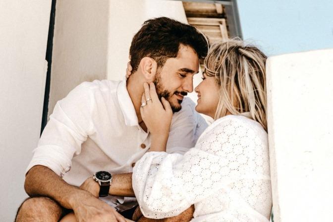 Ein Liebespaar küsst sich und vermittelt Geborgenheit