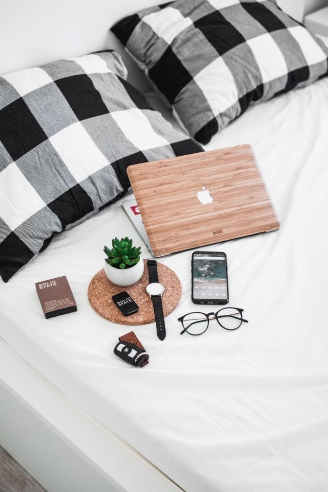 Smarte Geräte liegen auf einem Bett