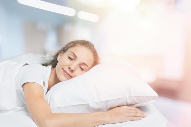Frau schläft auf der linken Seite, um Sodbrennen vorzubeugen