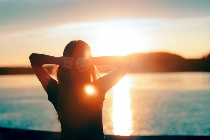 Eine Frau genießt die Sonne