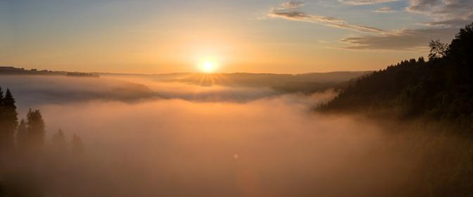 Die Sonne scheint durch einen Nebel aus Schleier