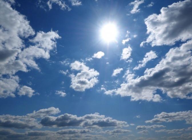 Sonne scheint zwischen den Wolken