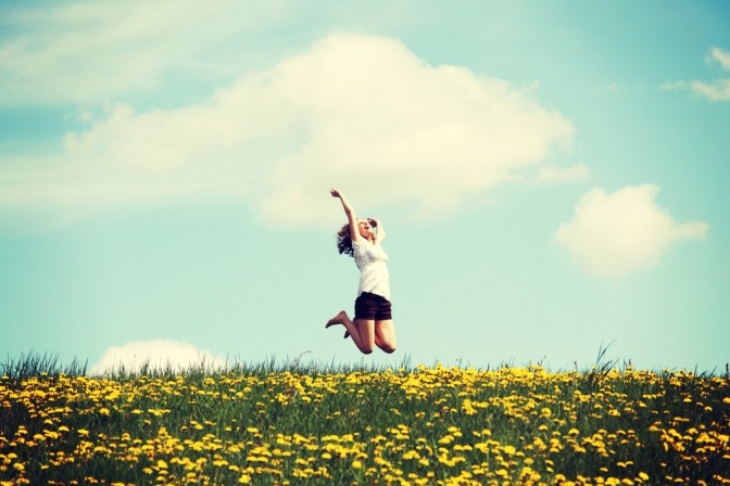 Frau auf Blumenwiese in der Sonne