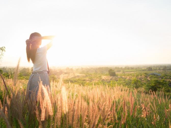 Eine Frau macht Bewegung im Sonnenlicht
