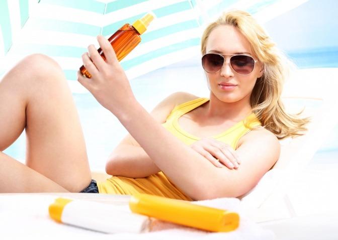 Eine Frau genießt die Sonnenöl Vorteile