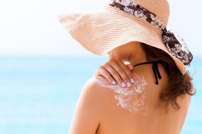 Frau mit Sonnencreme auf dem Gesicht