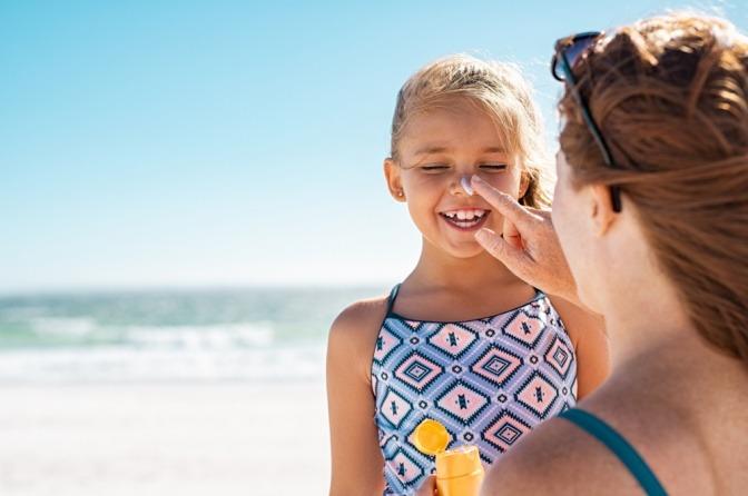 Kind mit Sonnencreme auf der Nase