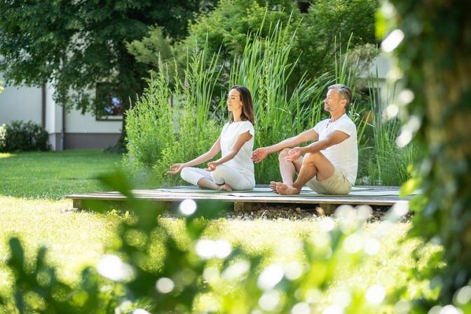 Ein Mann und eine Frau haben sozialen Kontakt beim Yoga