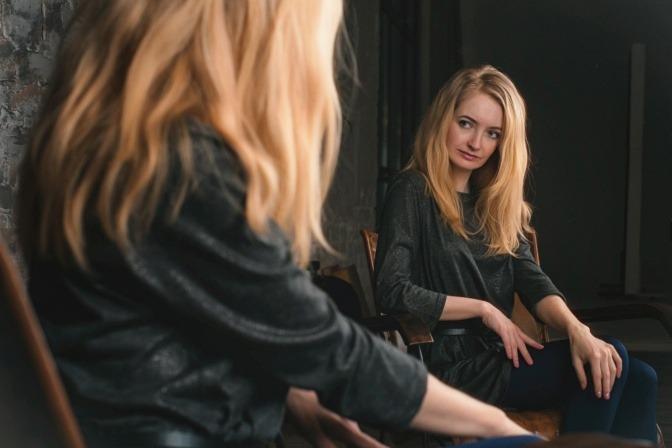 Eine Frau schaut in den Spiegel