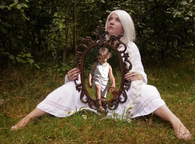 Eine Frau hält einen Spiegel