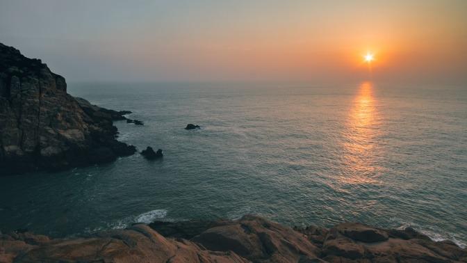 Die Sonne spiegelt sich im Meer