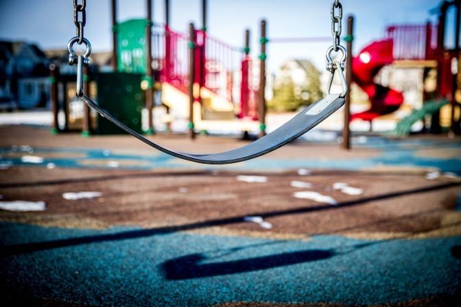 Auf einem Spielplatz ist eine Schaukel ohne Kind