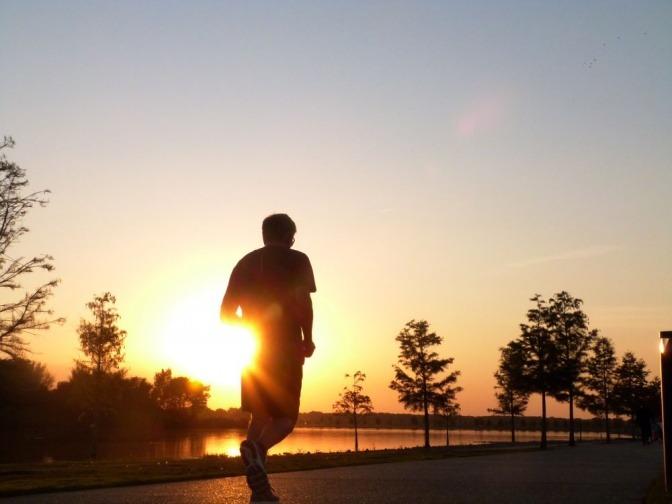 Ein Mann macht Sport am Morgen und läuft