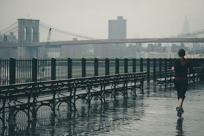Eine Frau treibt Sport bei Regenwetter