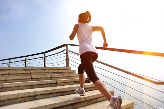 Frau joggt Treppen hinauf