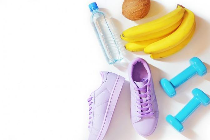 Hanteln, Banane, Kokosnuss, Sportschuhe