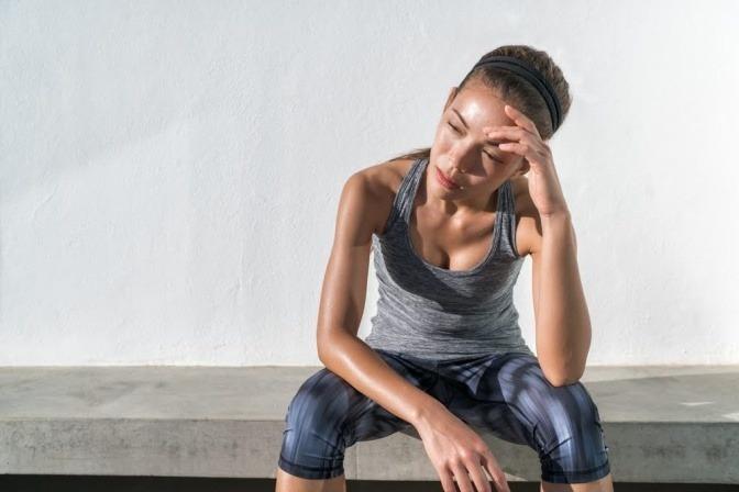 Eine Sportlerin schwitzt in der Hitze