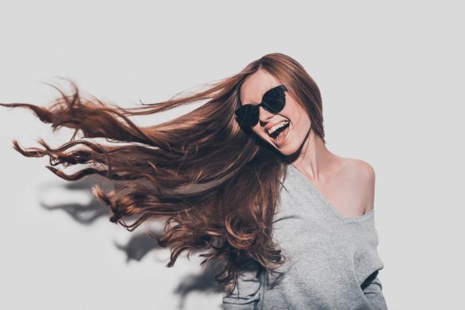 Junge Frau mit schönen Haaren und starken Haarwurzeln.
