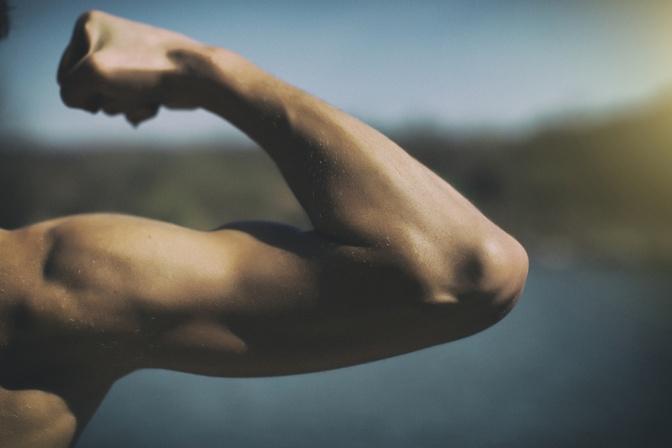 Muskulöse Männerschulter und Arm gebeugt