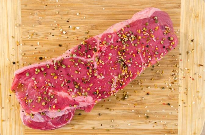 Ein Steak auf einem Holzbrett