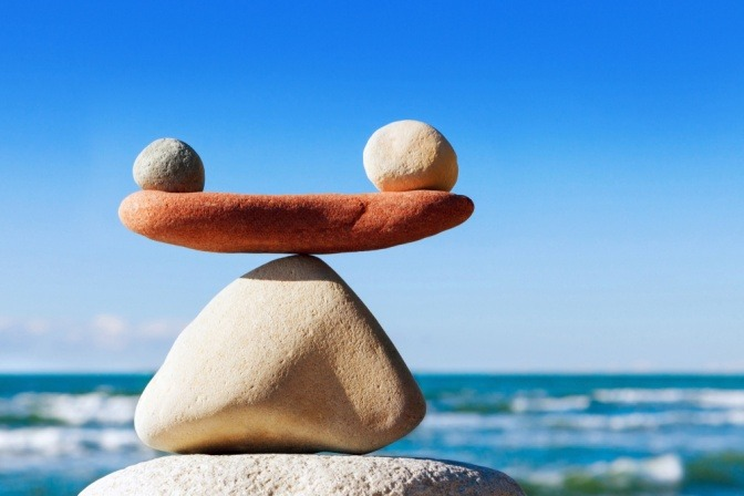 Steine am Meer aufgetürmt