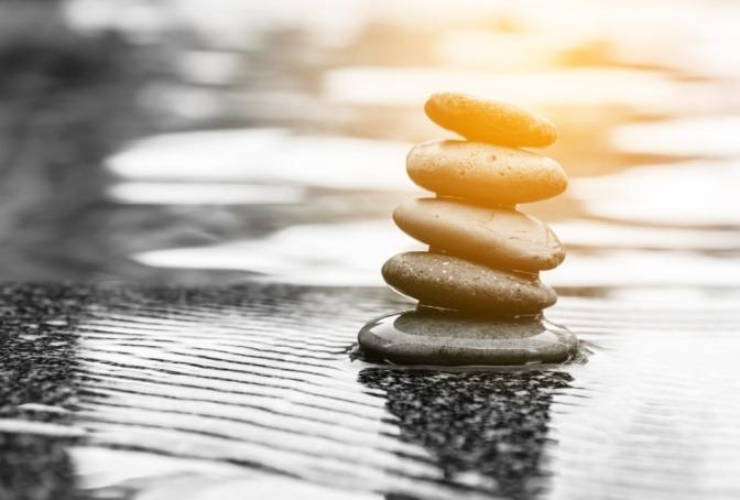 Steine als Symbol für Hormone sind in Balance