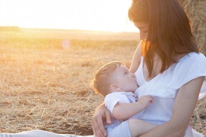 Eine Frau stillt ihr Kind