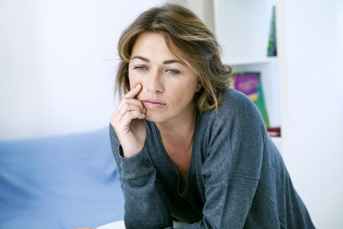 Eine Frau hat Stimmungsschwankungen im Wechsel