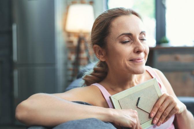 Frau in den Wechseljahren mit Stimmungsschwankungen und guter Stimmung