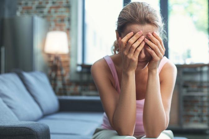Eine Frau in den Wechseljahren hat Stimmungsschwankungen