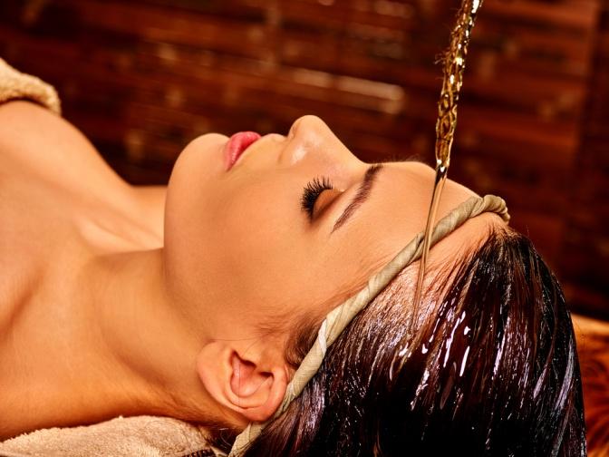 Eine Frau erhält einen Ayurveda Stirnguss