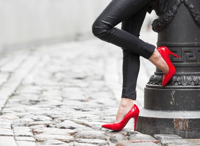 Rote Schuhe und Leggins