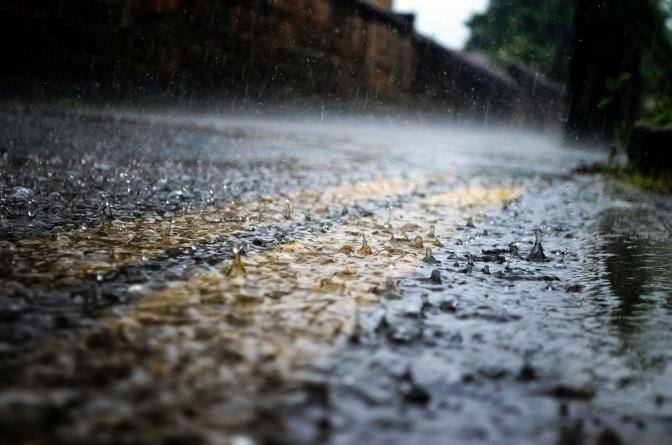 Auf eine Straße regnet es stark