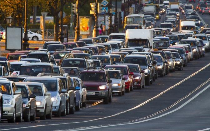 Stadtverkehr mit vielen Autos