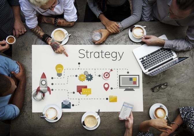 Gruppe sitzt über der Strategieplanung