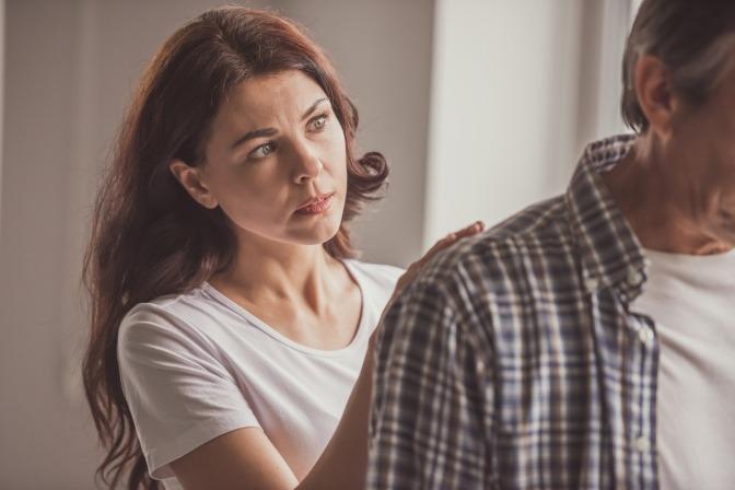 Eine Frau versucht, den Streit in der Beziehung zu schlichten