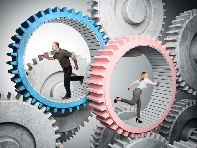 Ein Mann und eine Frau laufen als Zeichen für Stress in einem Hamsterrad