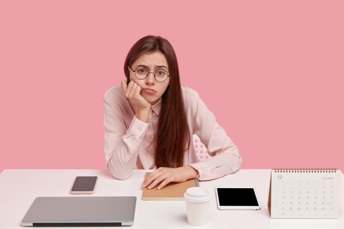 Eine unzufrieden aussehende Frau leidet unter ihrem Zwang zum Perfektionismus.