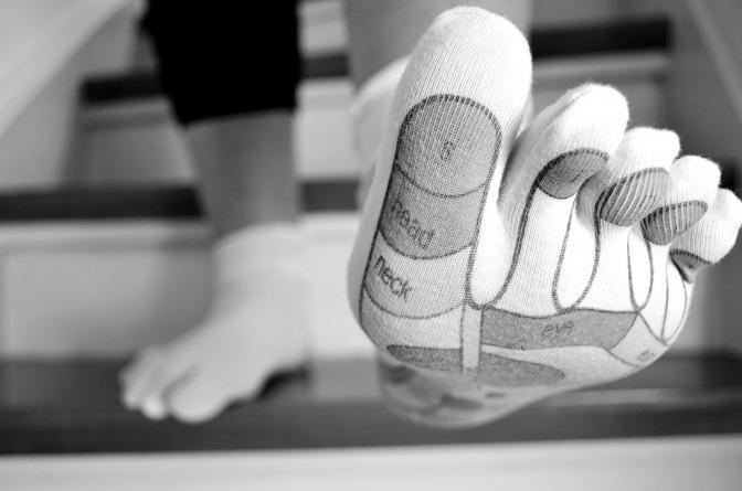 Auf eine Strumpf sind die Fußreflexzonen markiert