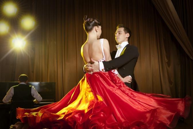 Eine Frau und ein Mann haben Ballfrisuren 2017 und tanzen
