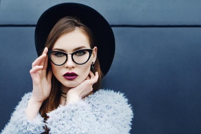 Eine Frau trägt eine stylische Brille