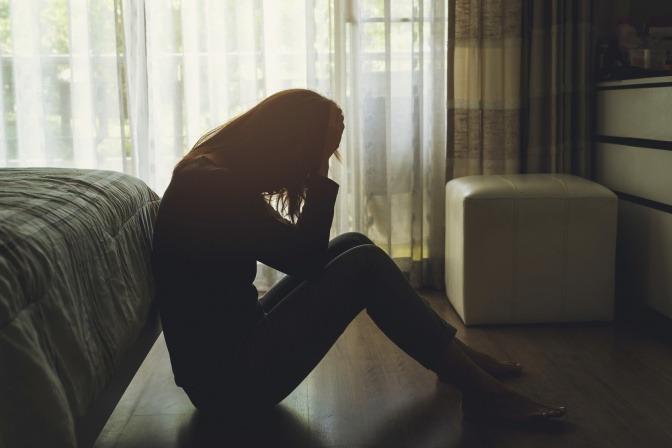 Eine Frau ist als Suchtverhalten traurig und isoliert