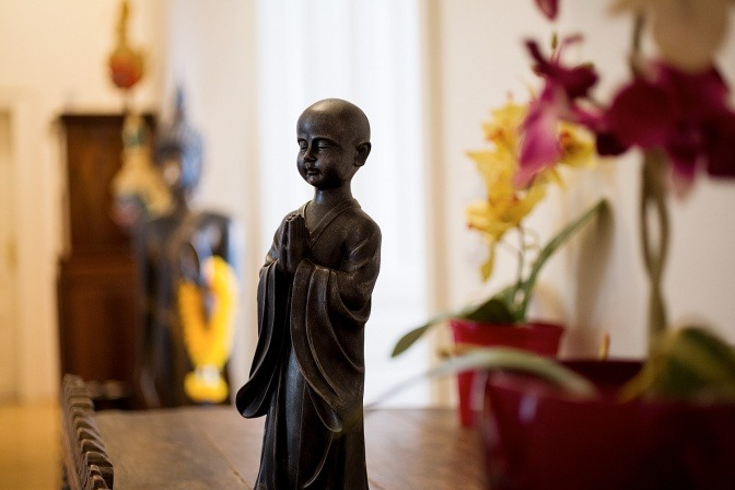Eine goldene Buddha-Figur schmückt einen Raum
