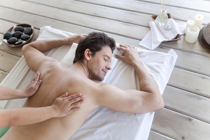 Ein Mann wird mit Tantra-Massage massiert